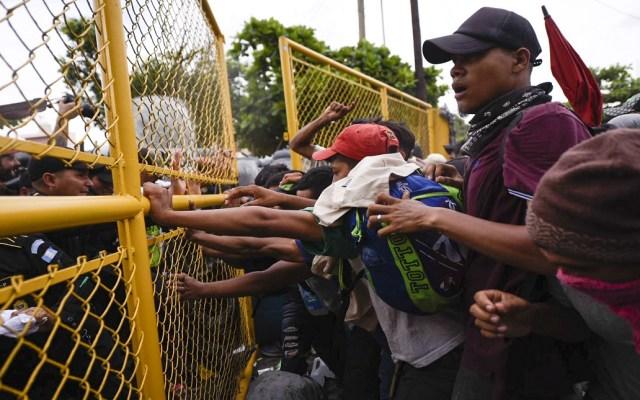 Parte de El Salvador cuarta caravana migrante hacia EE.UU. - Policía de Guatemala impidiendo el paso de migrantes a Tecún Umán. Foto de AFP / Santiago Billy