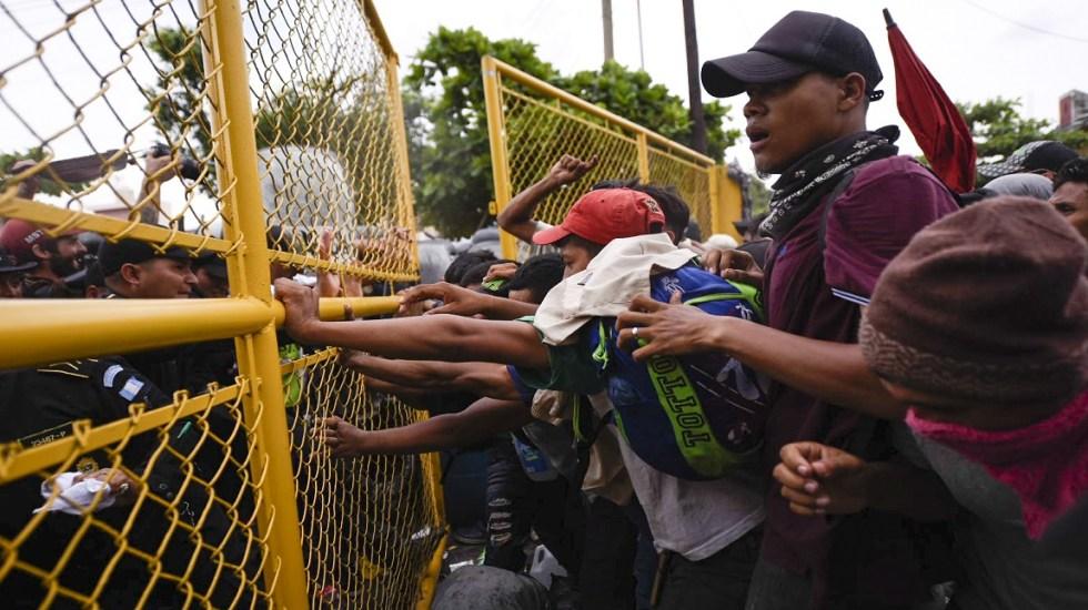 Gran parte de los migrantes devueltos a Honduras volverán a intentarlo - Policía de Guatemala impidiendo el paso de migrantes a Tecún Umán. Foto de AFP / Santiago Billy