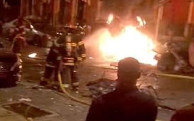 #Video Misteriosa explosión de auto mata a tres en Pennsylvania - Bomberos apagando un automóvil que explotó matando a tres personas en Pennsylvania. Captura de pantalla