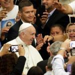 """El papa Francisco llama a """"no escandalizar al pueblo"""" - El papa Francisco reunido en Roma con miles de Salvadoreños. Foto de La Stampa"""