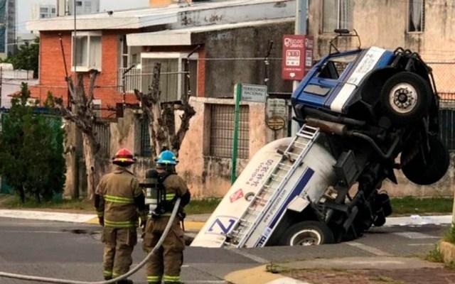 Pipa de gas cae a socavón en Zapopan - Foto Especial