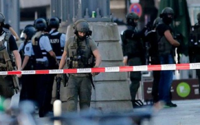 Terrorismo podría estar detrás de toma de rehén en Alemania - Policías en estación de tren de Alemania por toma de rehén. Foto de Internet