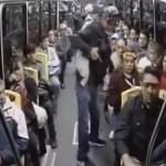 #Video Se fingen usuarios para robar a pasajeros en autobús público - A tres sujetos les tomó menos de dos minutos robar en autobús público. Captura de pantalla