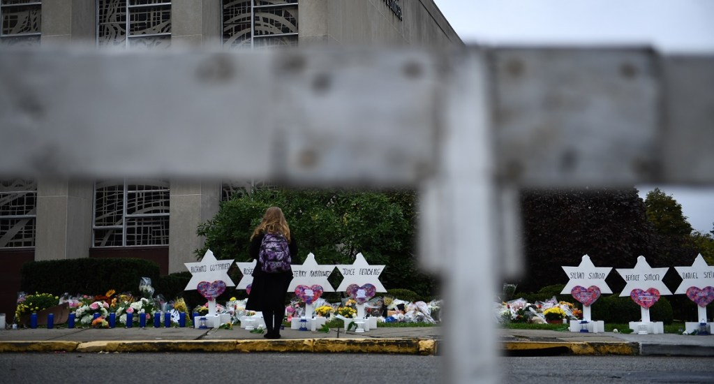 Darían pena de muerte a autor de tiroteo en sinagoga de Pittsburgh - Memorial a las 11 víctimas de la matanza en sinagoga de Pittsburh. Foto de AFP / Brendan Smialowski