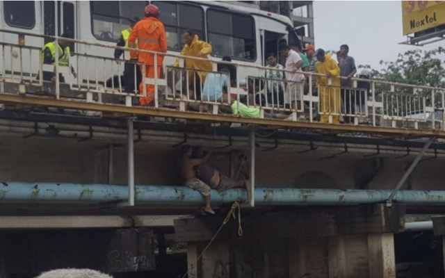 #Video Salvan a hombre que estaba siendo arrastrado por arroyo - Foto de Colima Noticias