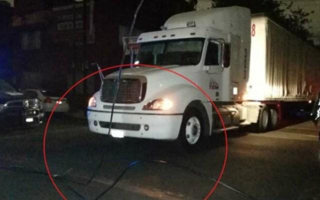 Tráileres derriban cableado eléctrico en Jardín Balbuena - Los conductores de los tráileres dijeron que se salieron de su ruta por el cierre de Eje 3 Oriente
