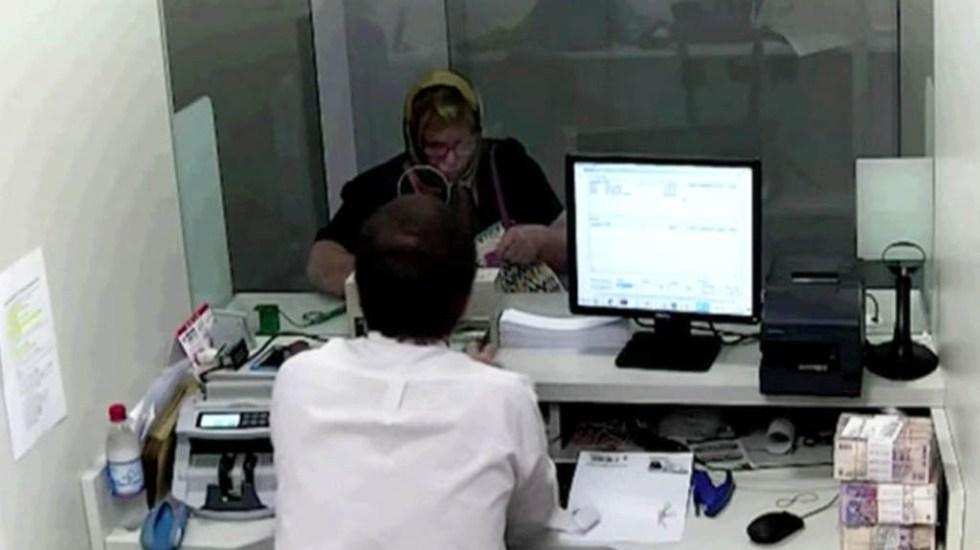#Video Usurpa identidad de anciana y cobra préstamo de 118 mil pesos - Grabación del banco donde captaron a mujer cobrando préstamo a nombre de anciana. Captura de pantalla