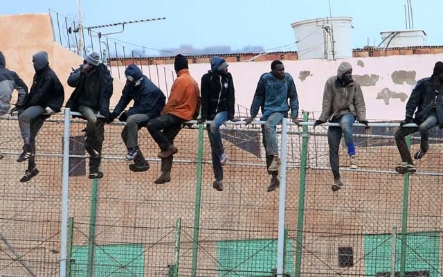 Muere uno de 300 migrantes al saltar valla fronteriza África-Marruecos - Migrantes cruzando la valla fronteriza entre África y Marruecos. Foto de AFP / Angela Ríos