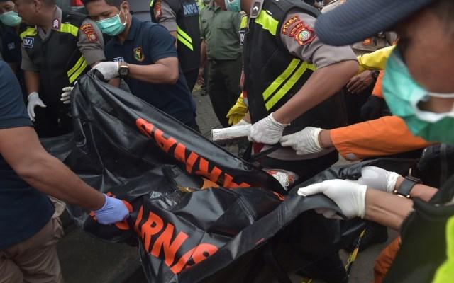 Hallan nuevos restos humanos de avión de Lion Air accidentado - Rescatistas han llenado 10 bolsas con restos humanos de las víctimas de Lion Air. Foto de AFP / Adek Berry