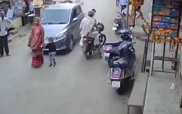#Video Madre y su bebé sobreviven ilesos a atropello en India - Auto atropella a madre e hijo en India. Captura de pantalla