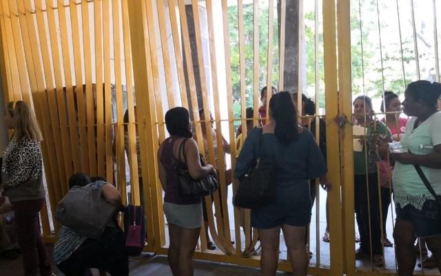 #Video Vecinos bloquean entradas del palacio municipal de Acapulco - Foto de Cuadrante Azul