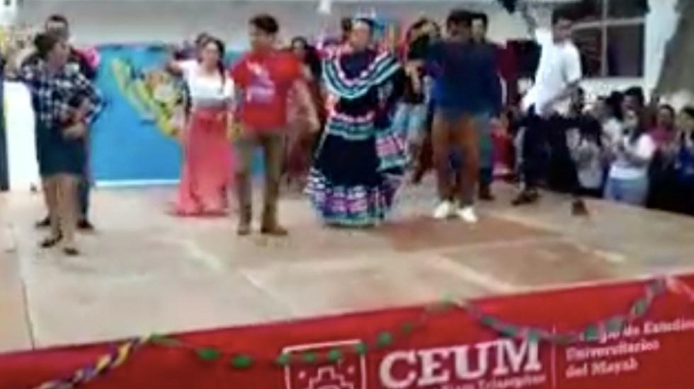 #Video Estudiantes caen de tarima cuando bailaban 'Payaso de rodeo'