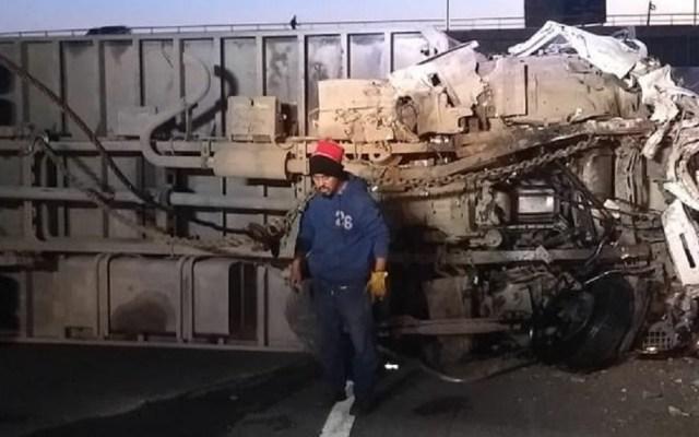 Cierran la autopista México-Puebla por accidente vial - Camión volcó sobre la autopista hacia Puebla. Foto de Twitter