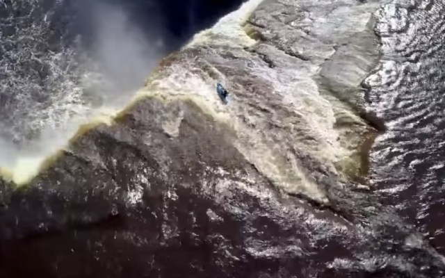 #Video Kayakista desciende de una cascada de 33 metros en Canadá - Foto de Youtube