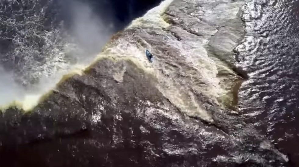 #Video Kayakista desciende de una cascada de 33 metros en Canadá - Foto de Youtube
