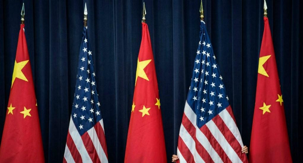 Washington recibe a dos altos funcionarios de China - Banderas de China y EE.UU. Foto de Internet