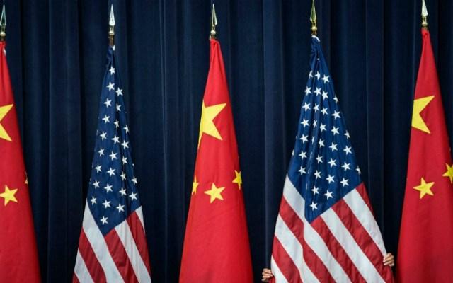 China anuncia medidas para abrir mercados en medio de disputa con EE.UU. - Banderas de China y EE.UU. Foto de Internet