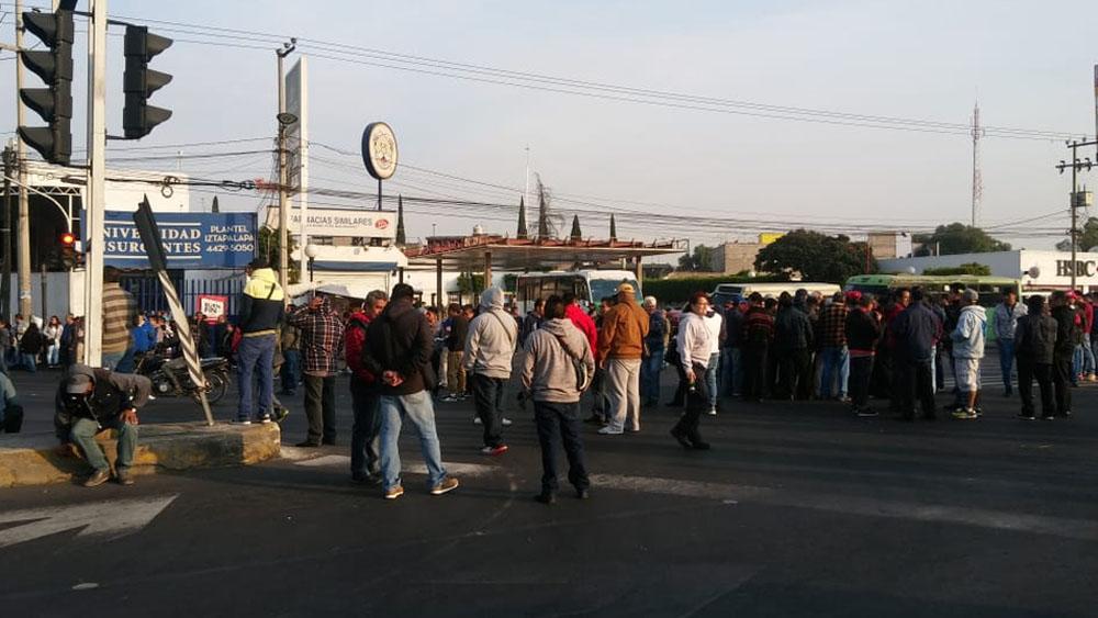 Microbuseros bloquean Ermita Iztapalapa y Eje 6 Sur - Foto de Milenio