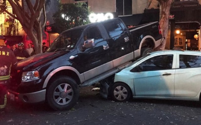 Conductor intenta atropellar a ciclista y choca autos en la Roma - El conductor de una camioneta chocó varios autos de reversa en la colonia Roma. Foto de Noticieros Televisa