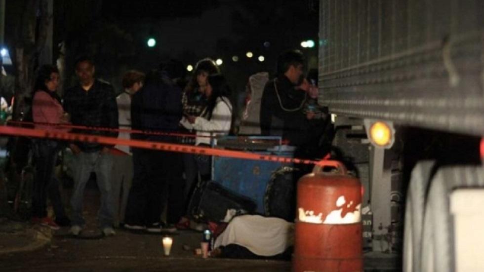 Vecinos colocaron velas a lado del cuerpo de la víctima. Foto de Excélsior
