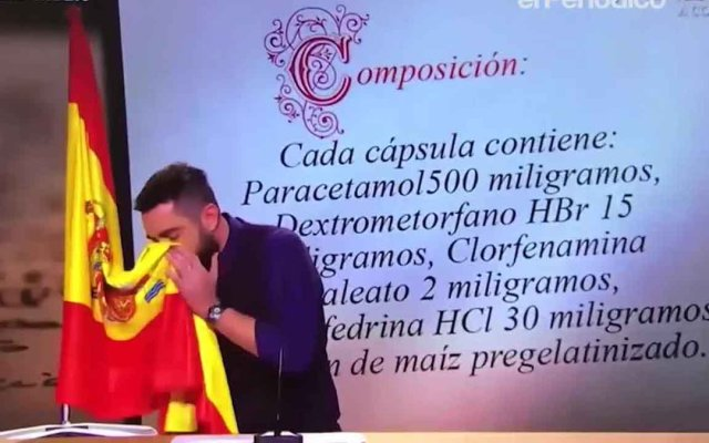 Llaman a declarar a cómico por sonarse la nariz con la bandera española - Cómico se sonó la nariz con la bandera de España