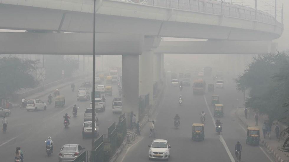 Calentamiento global aumentará contaminación del aire - Los ciudadanos de Nueva Delhi respiran un aire que huele a quemado. Foto de AFP / Prakash Singh