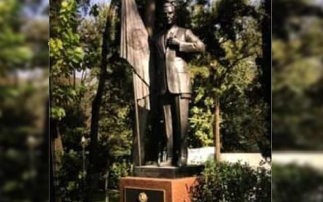 Colocan estatua de Peña Nieto en Los Pinos - Estatua Peña Nieto los pinos