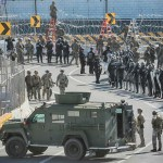 EE.UU. reduce presencia de militares en la frontera con México - Militares en la garita de San Ysidro. Foto de AFP