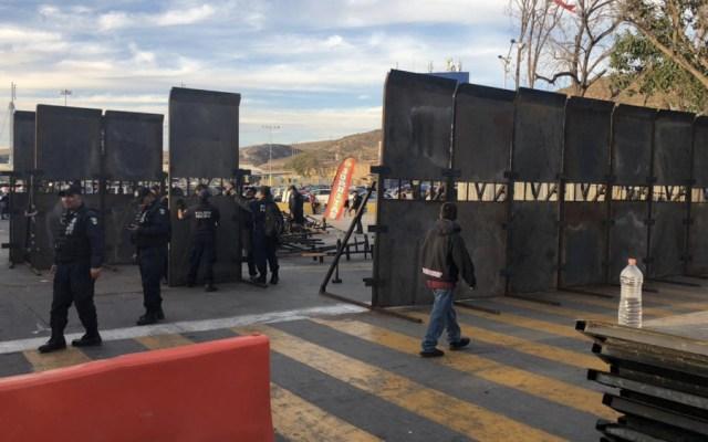 Policía Federal coloca vallas metálicas en la garita de San Ysidro - Foto de @Borchardt_Ya
