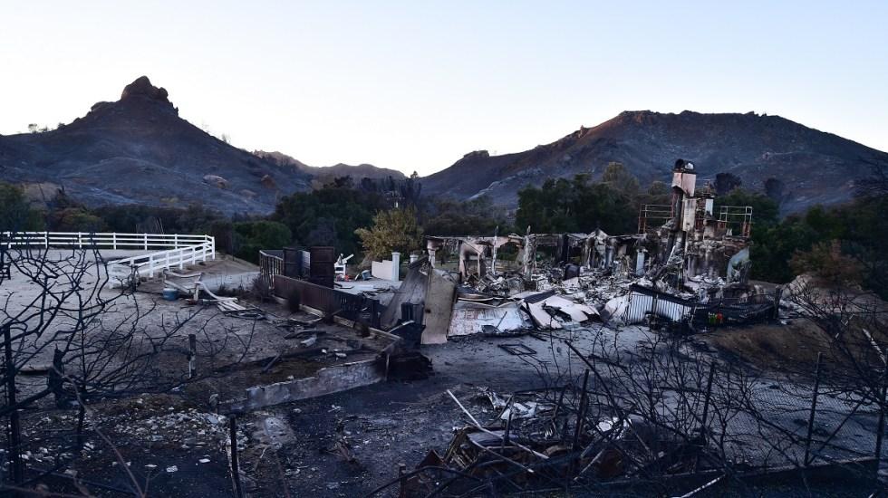 #Video Captan desde el aire devastación en California por incendios - Afectaciones al sur de California por el Woolsey Fire. Foto de AFP / Robyn Beck