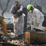 """Suman 76 muertos por el """"Camp Fire"""" en California - Rescatistas en búsqueda de cadáveres de las víctimas de incendios en California. Foto de AFP / Getty Images"""