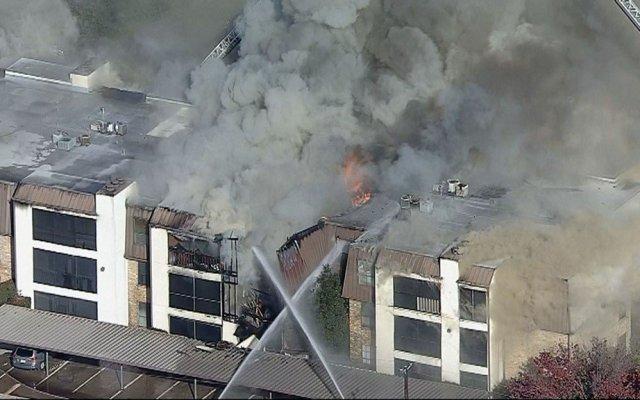 Se incendia edificio departamental en Dallas - se incendia edificio departamental en texas