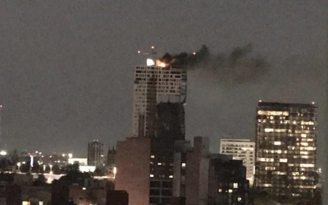 Incendio en una azotea de edificio en Periférico - Foto de @kroseco25