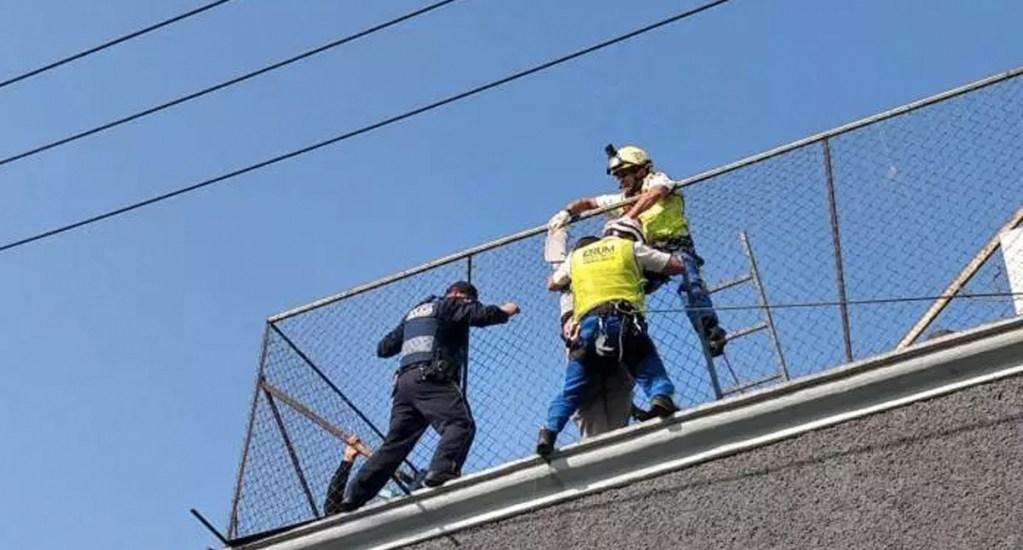 #Video Rescatan a hombre que intentaba suicidarse en la colonia Morelos - Foto de @RutaFinanciera