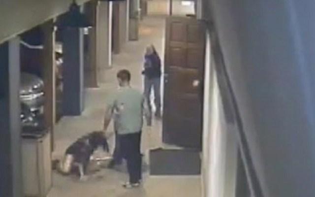 #Video Sujetos taclean y golpean brutalmente a mujer en bar - La mujer fue golpeada en la cara por James Faulkenberry. Captura de pantalla