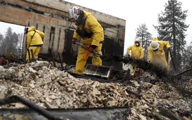 Bomberos de California logran contener al 100 por ciento el Camp Fire - Servicios de Emergencia buscan restos humanos entre la devastación del Camp Fire. Foto de AFP / Getty Images