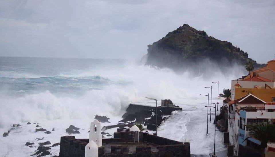 #Video Olas de más de 6 metros azotan Tenerife - Foto de @asierantona