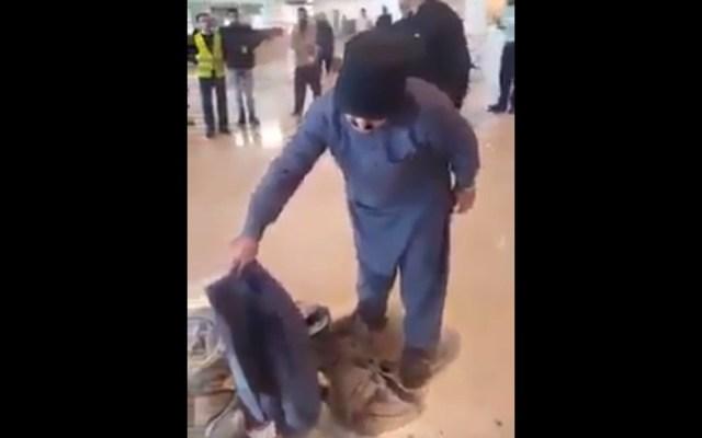#Video Pasajero furioso intenta prender fuego a su equipaje en Pakistán - Captura de Pantalla