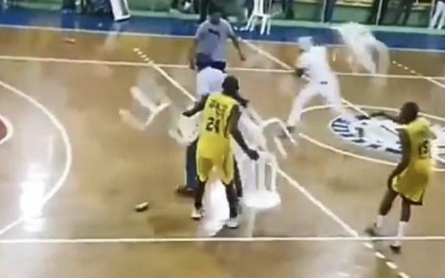 #Video Batalla campal en torneo de básquetbol en República Dominicana - Foto de Daily Mail