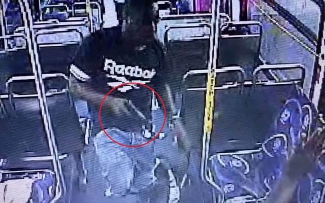 #Video Pasajero dispara a amigo durante viaje en autobús - Pelea en autobús de EU. Captura de pantalla