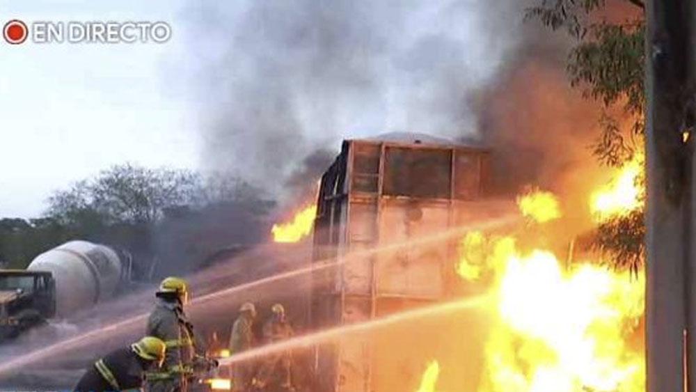 Incendio consume pipas y deja dos guardias lesionados en Nuevo Léon - Foto de @telediariomty