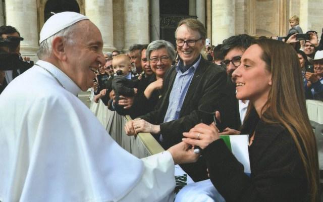 Polémica por encuentro entre el papa y activistas argentinos - Encuentro entre el papa Francisco y los activistas Ximena Rattoni y Facundo Lugo. Foto de @gustavoveraok