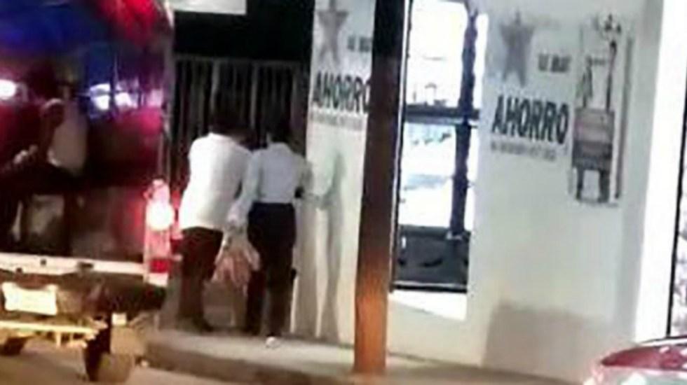 Taxista agrede a pasajeros que le reclamaron por usar el celular - taxista agrede a pasajeros celular