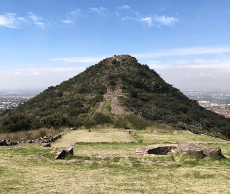 Siguiendo los pasos de Nezahualcóyotl: el Tezcotzinco - El Tezcotzinco. Se ve el Salón del Trono en la base de la montaña. Foto: Enrique Ortiz