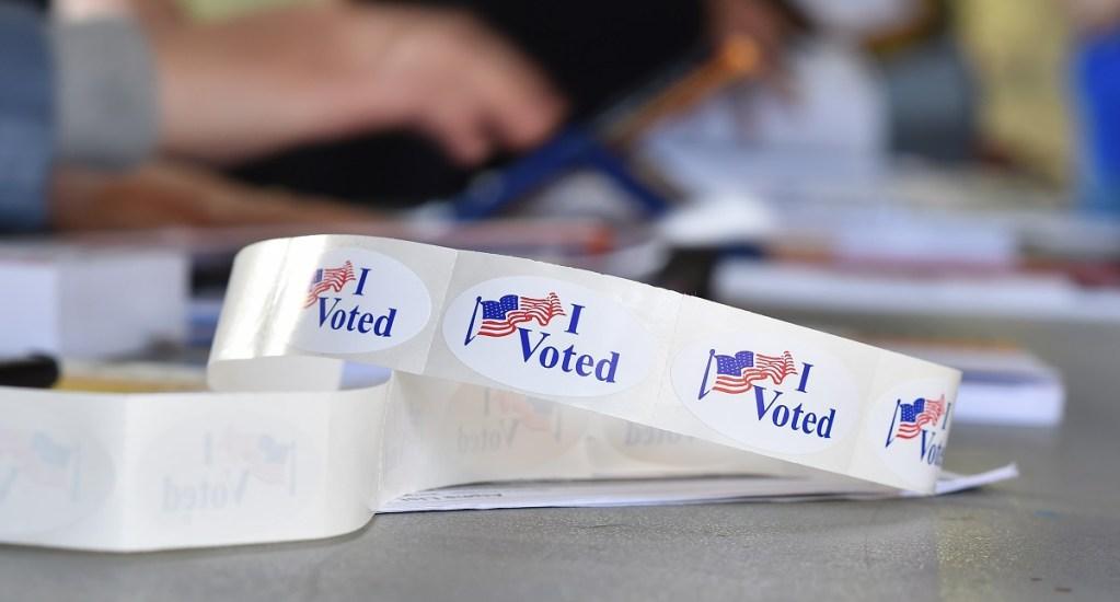 """Rusia considera """"dolor de cabeza"""" investigación por injerencia en EE.UU. - Stickers otorgados a las personas después de votar en EE.UU. Foto de AFP / Robyn Beck"""