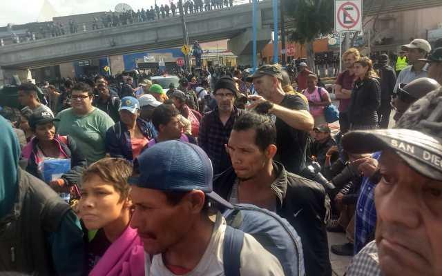 Migrantes se concentran en la garita El Chaparral