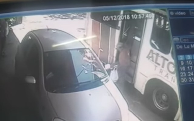#Video Conductor de autobús acelera y tira a un adulto mayor - Foto de captura de pantalla