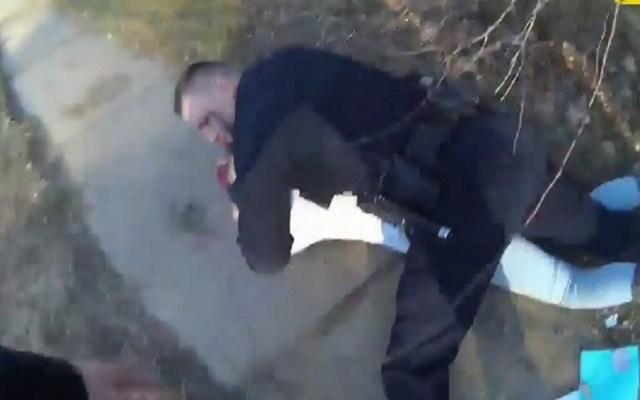 #Video Investigan presunto abuso policial contra adolescente - Policía tumbó a adolescente al querer zafar su brazo en arresto. Captura de pantalla