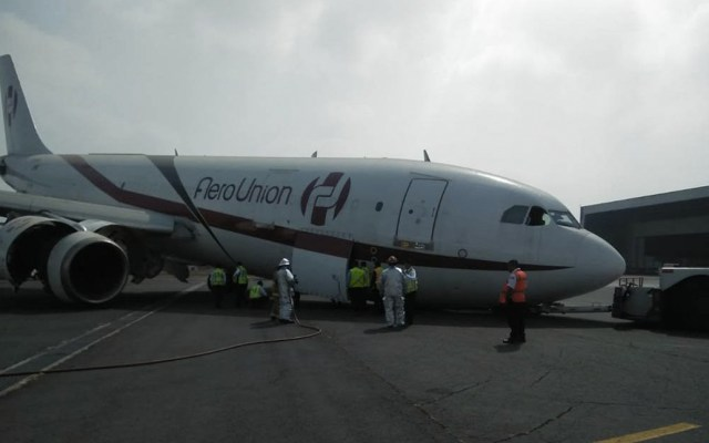 #Video Avión pierde tren de aterrizaje en maniobra de remolque - Foto de Quadratín