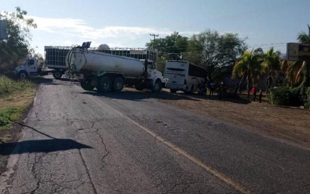 Balaceras provocan bloqueos carreteros en Michoacán - Bloqueo en vías de transporte de Buenavista, Michoacán. Foto de @cuartopodermich